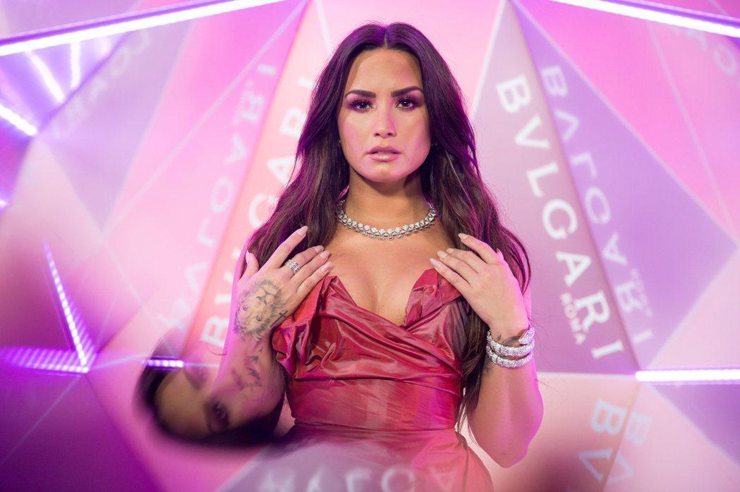 美國知名女歌手Demi_Lovato配戴Divas Dream白K金鑽石項鍊與S...
