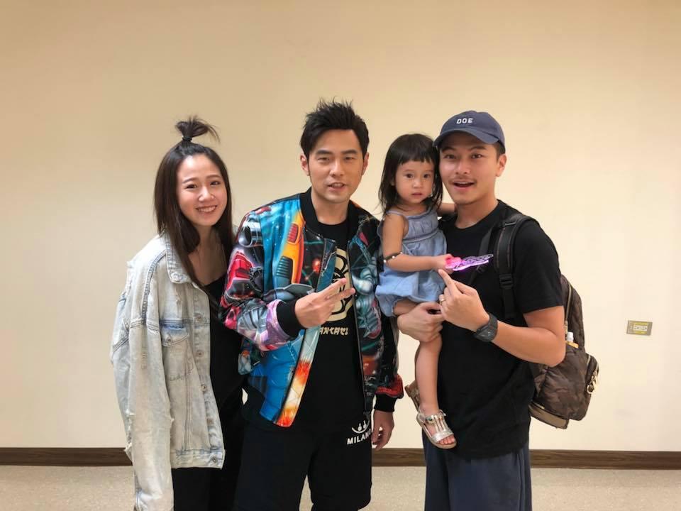 方志友(左起)看偶像周杰倫演唱會超興奮。圖/摘自臉書