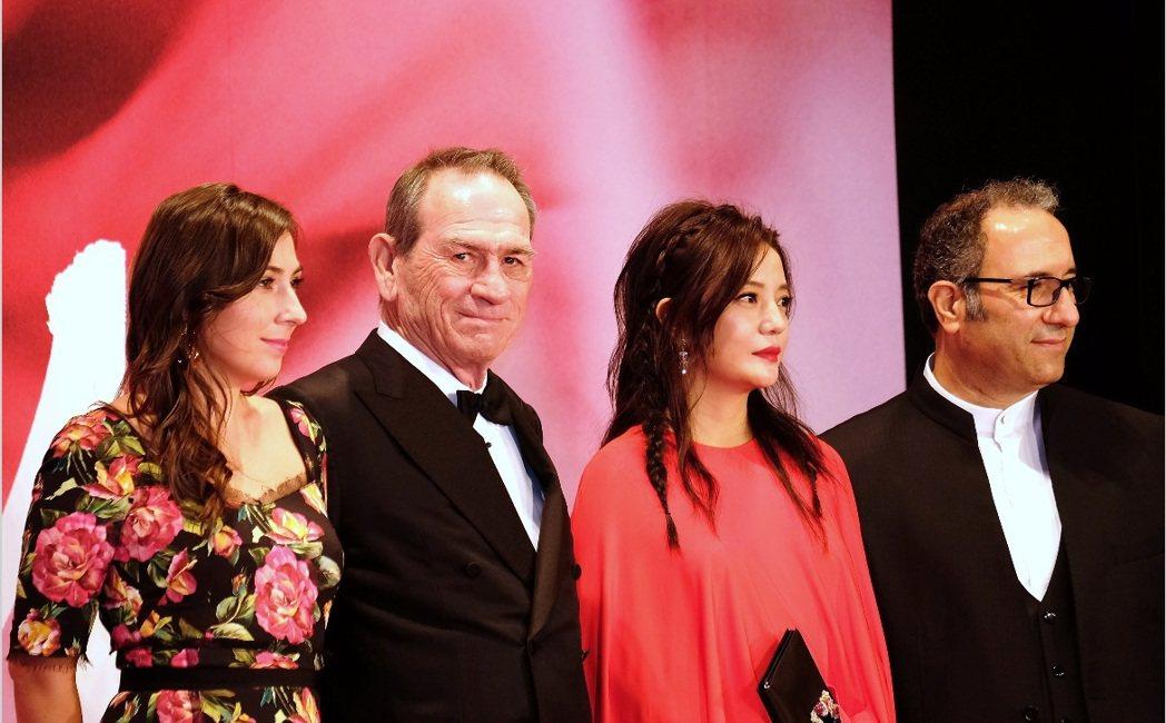 湯米李瓊斯(左二)與趙薇(右二)與其他東京影展評審一起登場。圖/中央社