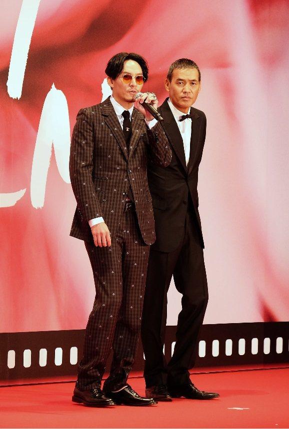張震(左)與「龍先生」導演SABU一起走星光大道。圖/中央社