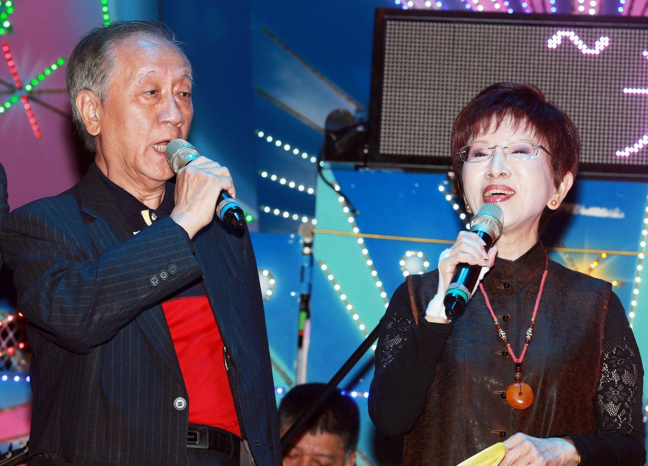 國民黨前主席洪秀柱(右)及新黨主席郁慕明(左),上台一起演唱國家及綠島小夜曲等多...