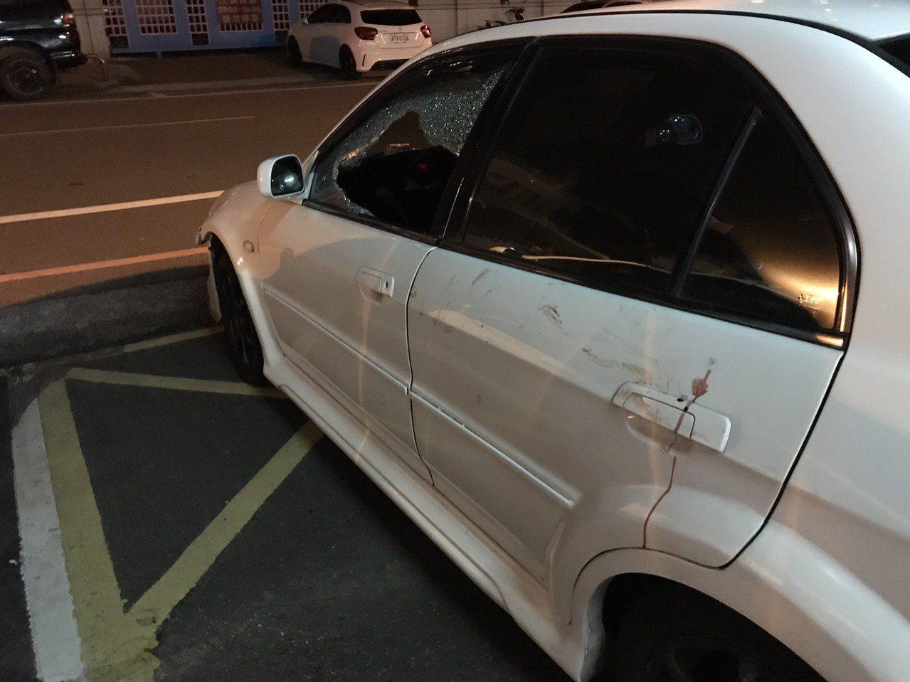 綽號「大頭」男子闖紅燈拒絕警方攔車盤查,員警最後破窗逮人並查扣涉案車輛。記者鄭國...