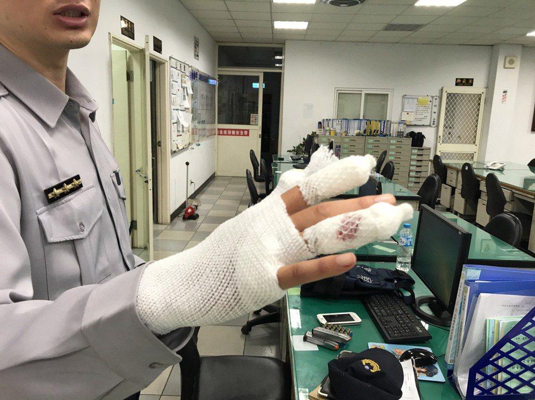 破窗逮人過程,警員手指也被玻璃割傷。記者鄭國樑/翻攝