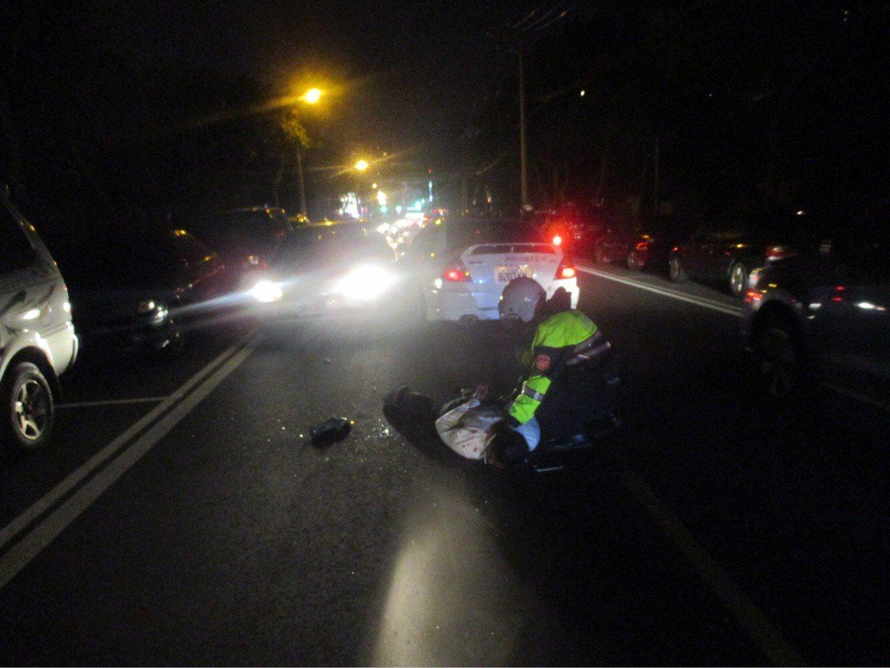 警方把男子從車裡拖出來壓制並搜出毒品。記者鄭國樑/翻攝