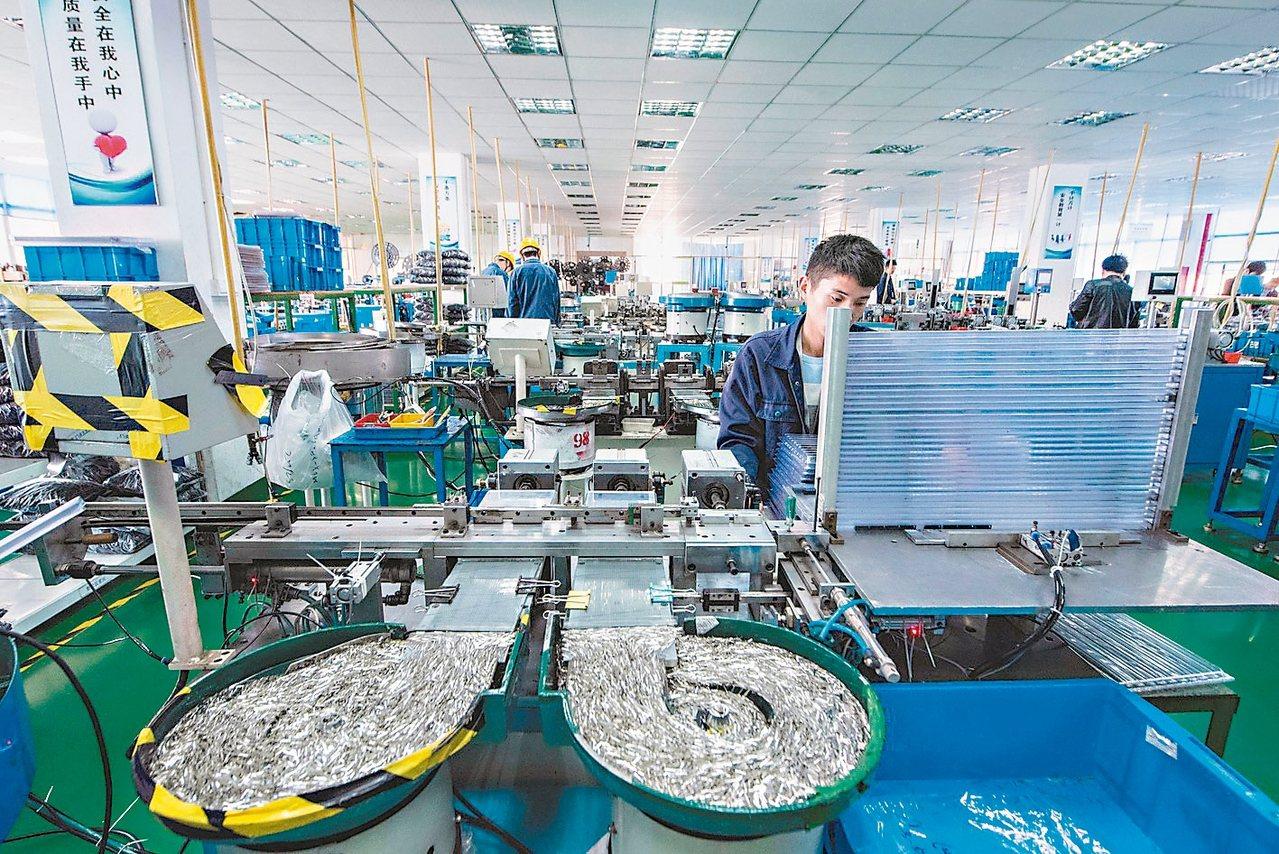 企業「機器換人」加速「智能製造」,圖為浙江寧波晨翔電子有限公司的員工在自動化流水...