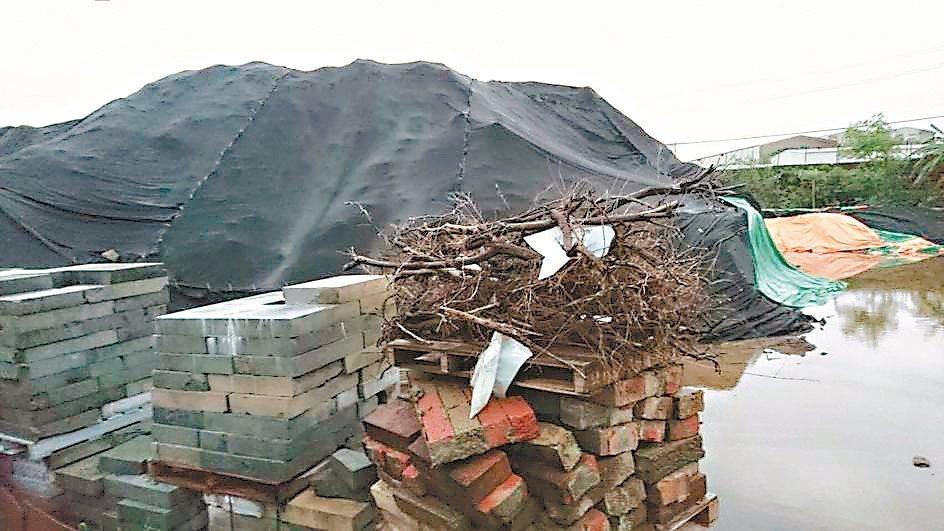 民進黨新北市議會黨團現勘處理垃圾焚化底渣,發現底渣堆積成山,傳出異味 。 記者陳...