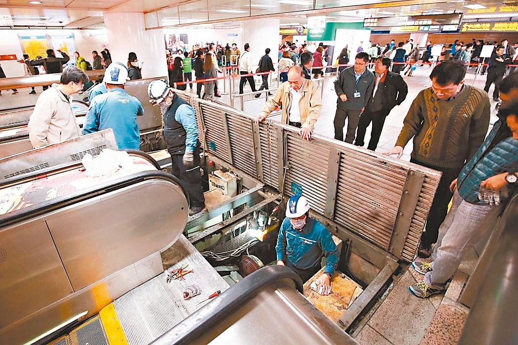 台北捷運平均每天200萬人次搭乘,電扶梯和電梯使用安全備受考驗。 圖/本報系資料...