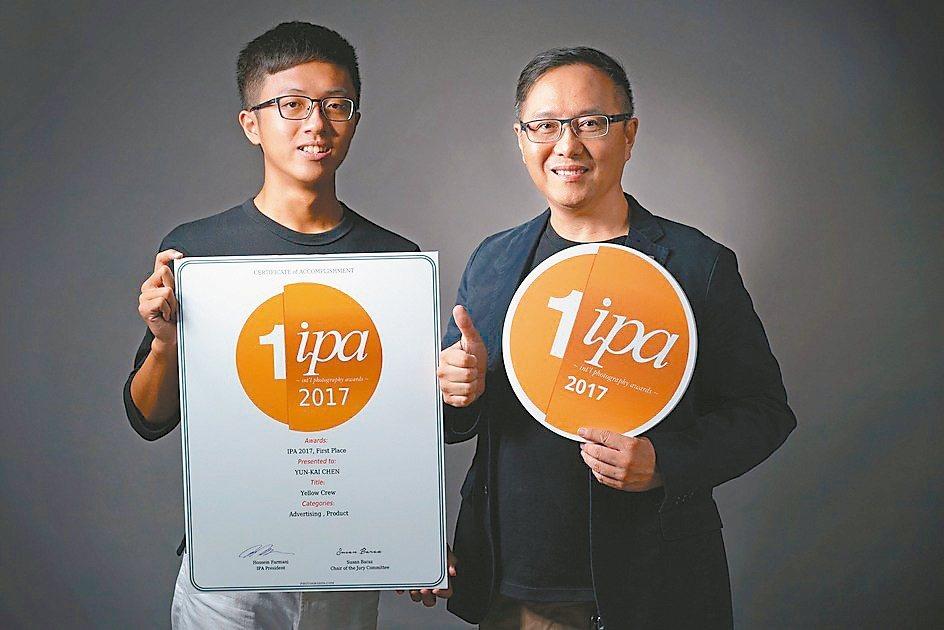 崇右影藝科大學生陳允楷(左),獲美國國際攝影獎非職業組廣告產品類首獎,被師長譽為...