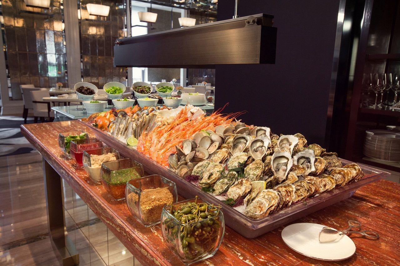 海鮮餐台上擺滿澎湃海鮮。 圖/台北文華東方酒店提供