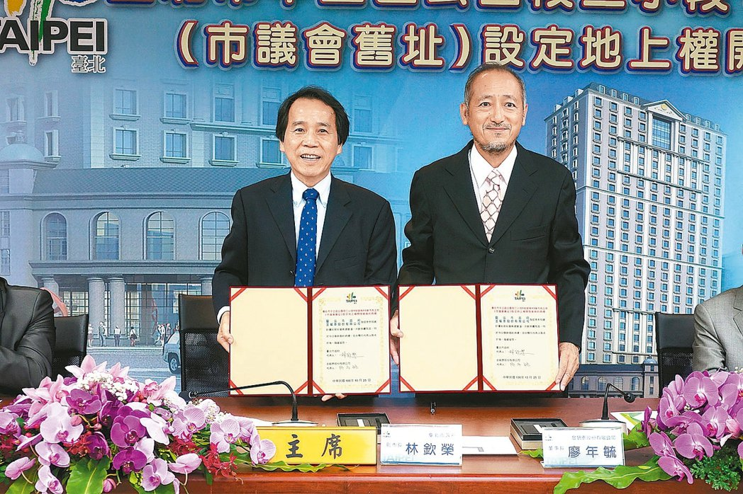 台北市副市長林欽榮(左)昨和金毓泰公司董事長廖年毓簽約。 記者邱瓊玉/攝影