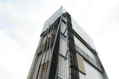 電信業者基地台架設在民宅頂樓,住戶直指輻射波是造成社區間多人罹癌的隱形殺手。 記...