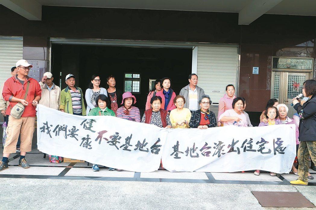 電信業者基地台架在民宅頂樓,住戶抗議造成多人罹癌。 記者張芮瑜/攝影