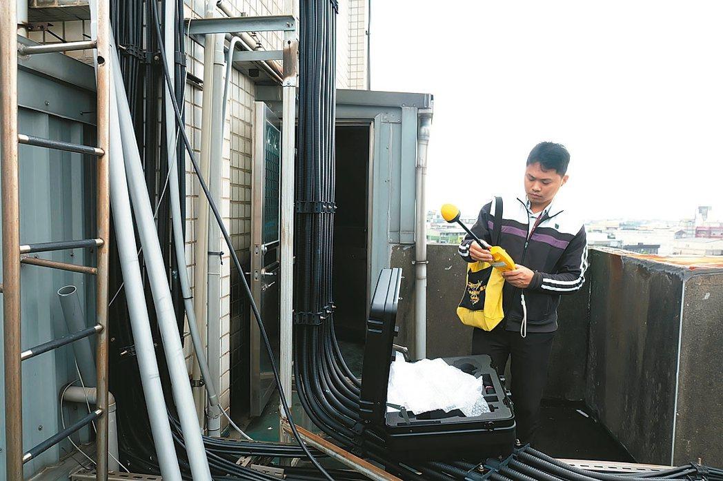 NCC人員當場檢測住宅的非游離性輻射功率密度,發現並無超標。 記者張芮瑜/攝影