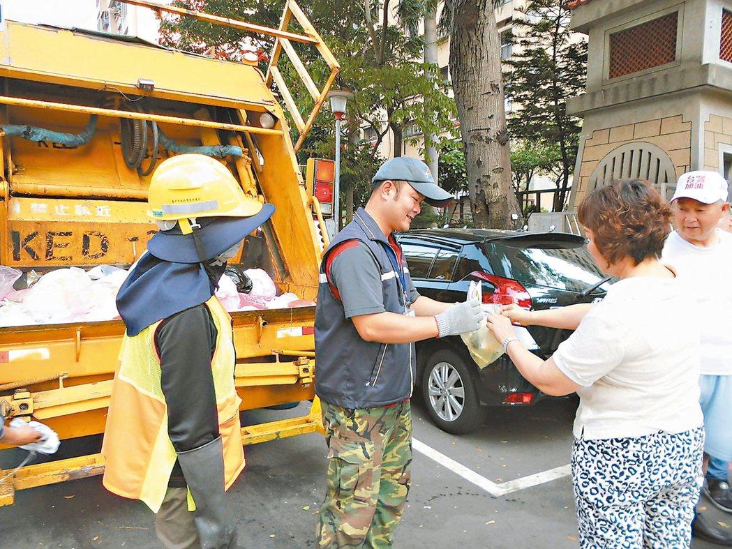 台中市環保局沿街垃圾破袋檢查,發現民眾常把紙容器、鋁箔包、紙類免洗餐具、塑膠容器...