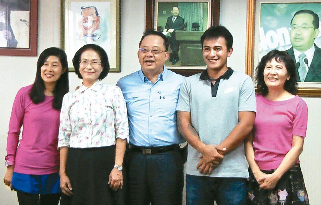 林子偉(右二)感謝高苑工商「三媽(三位導師)」的照顧。 記者徐如宜/攝影