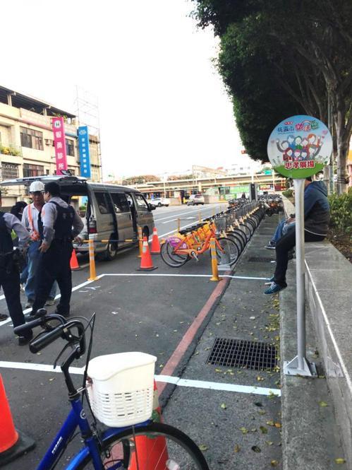 微笑單車公司日前派員畫設內壢忠孝路的備車區,卻畫在公車站牌的紅線區,市議員葉明月...