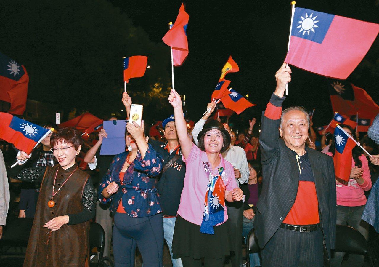 新黨主席郁慕明(右)及國民黨前主席洪秀柱(左),昨晚出席在立法院旁舉行的「光復新...