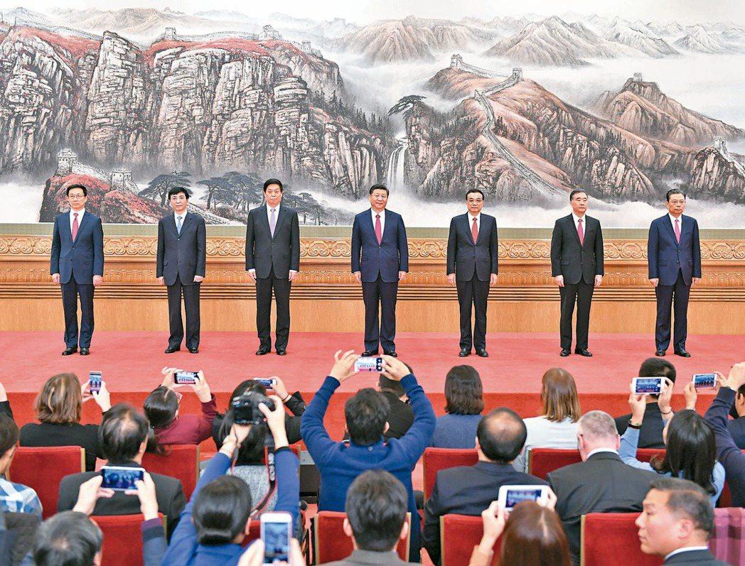 習近平率六名中央政治局常委亮相,出場序為習近平〈中〉、李克強〈右三〉、栗戰書〈左...