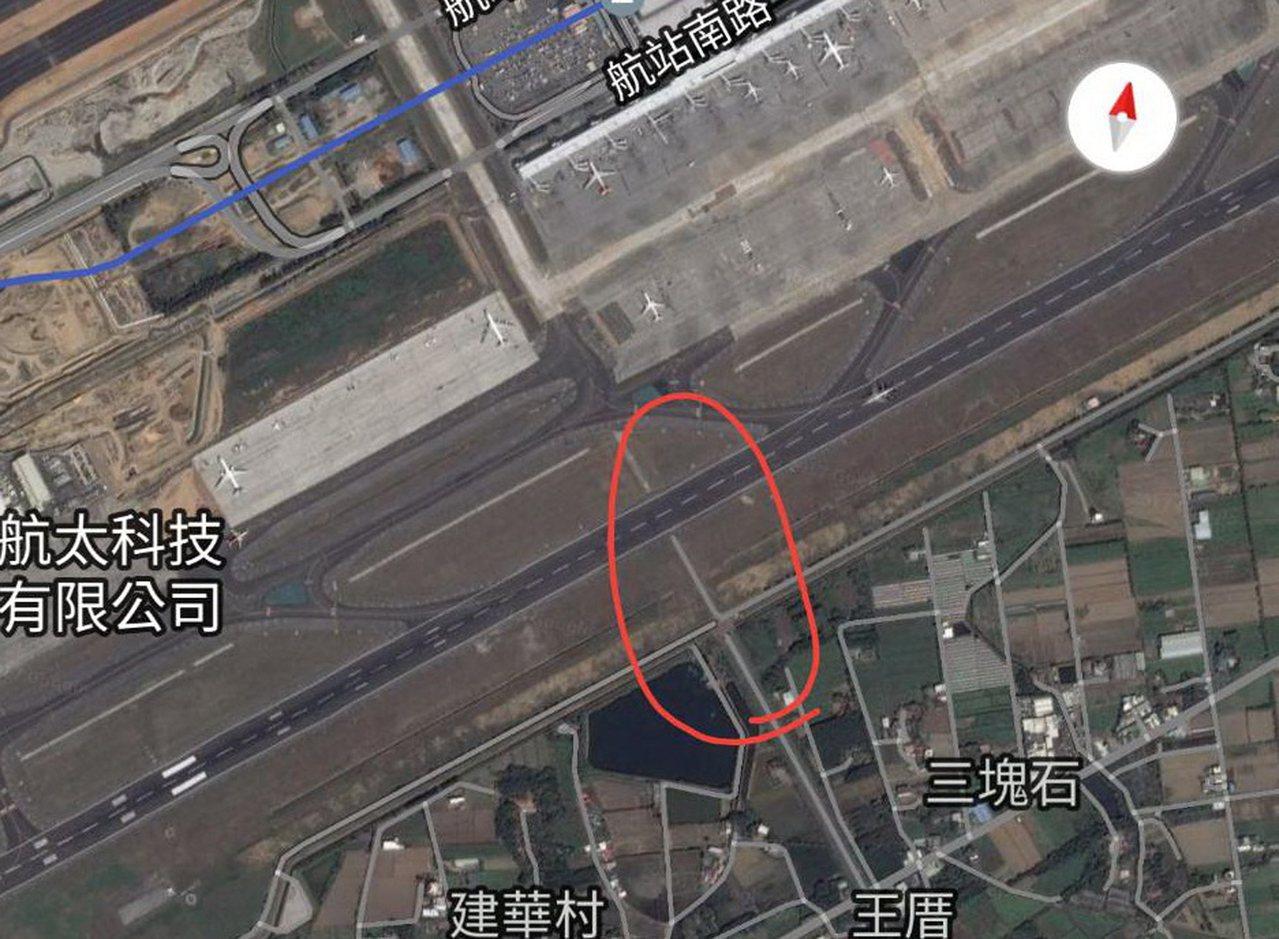 桃園機場南跑道傳出多處長約數公尺、寬0.2公分裂縫,將在11月1日填補,維修時可...