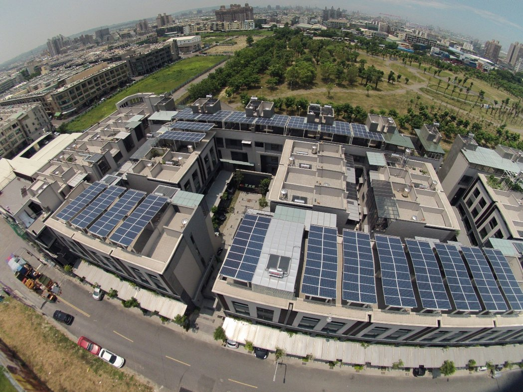 高雄市率全台之先,推動違建屋頂變身太陽能光電屋頂。 圖/高市工務局提供