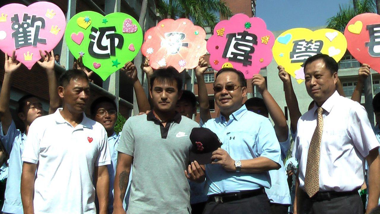 旅美球星林子偉回到母校高苑工商,受到英雄式的歡迎!記者徐如宜/攝影