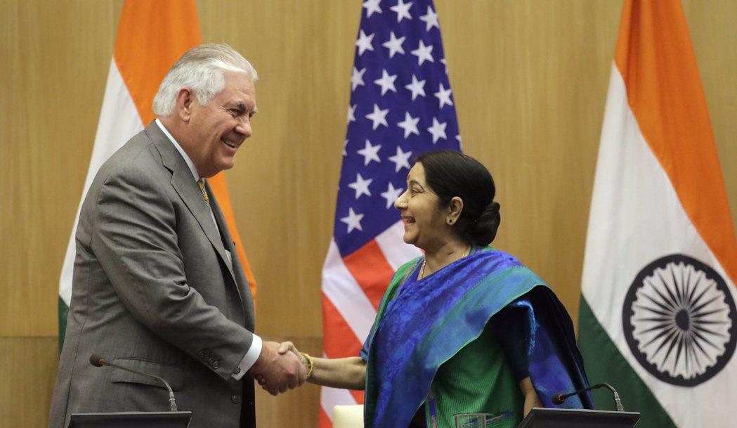 美國國務卿提勒森(左)廿五日抵達印度,會見外交部長史瓦拉吉。 (美聯社)