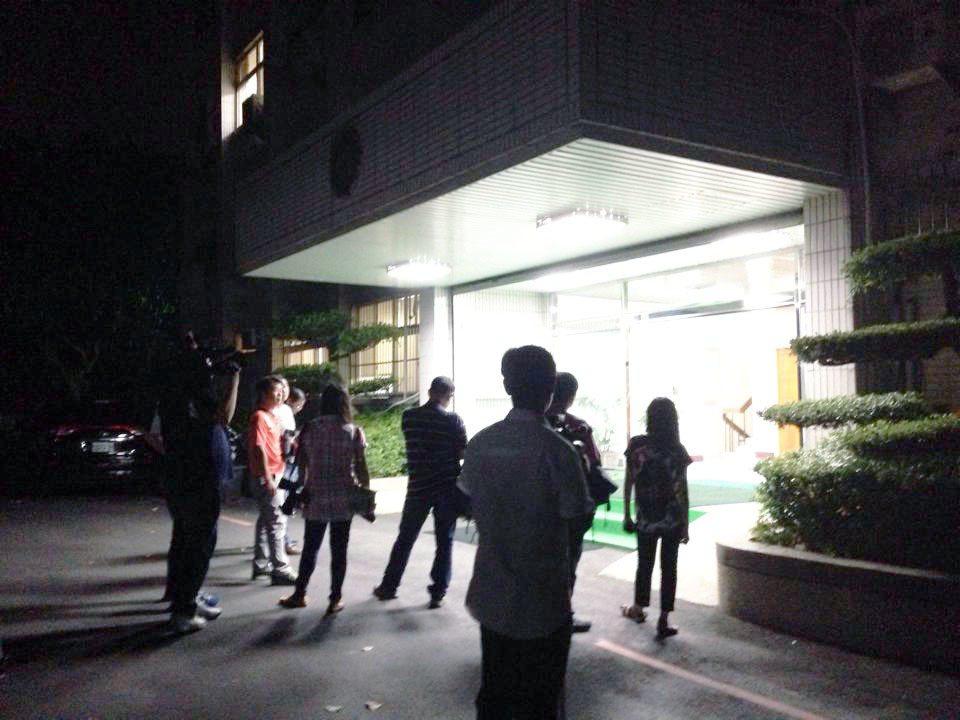 媒體記者從業人員,為了重大案件,守到半夜凌晨都很常見。 記者郭宣彣/攝影