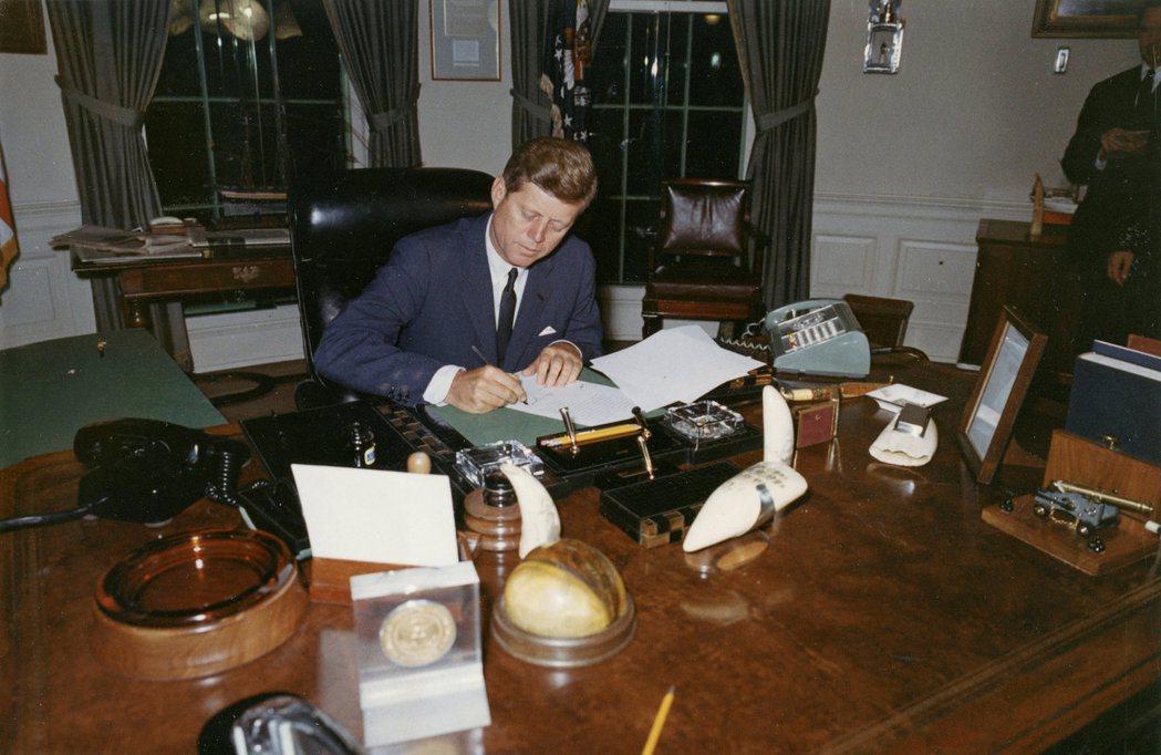 1962年10月23日,總統甘迺迪於古巴飛彈危機發生時,於白宮簽署行政命令讓進攻...