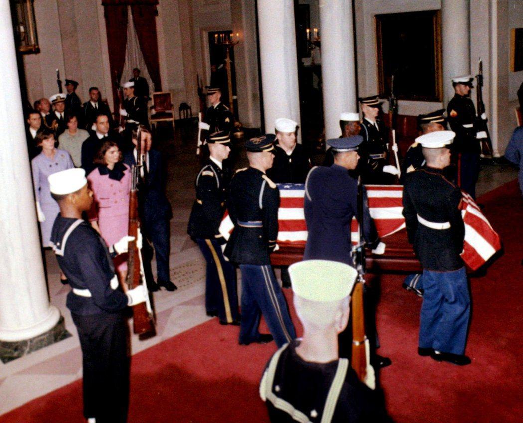 1963年11月23日,甘迺迪總統遺孀賈桂琳走在甘迺迪的棺木後,步入白宮。 (路...