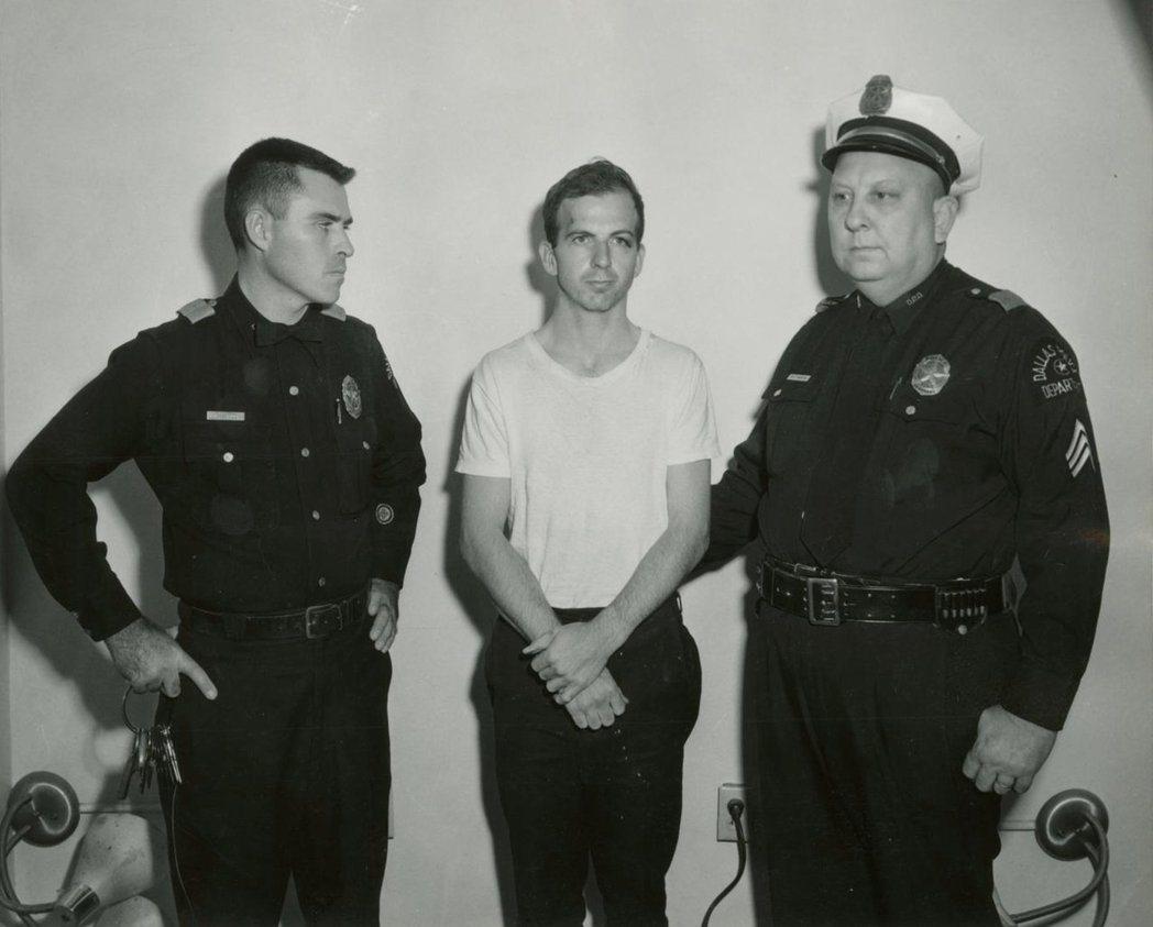 凶手歐斯華(中)遭達拉斯警方逮捕。  (路透)