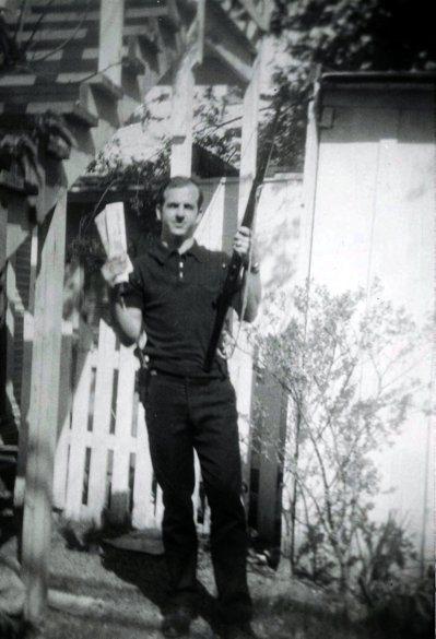 德州達拉斯警察局的檔案照片顯示,暗殺甘迺迪的凶手歐斯華一手拿著步槍,一手拿著一份...