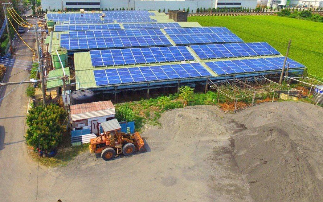 南部太陽大,許多農舍屋頂設太陽能板,在田邊「種電」。 記者謝梅芬/翻攝