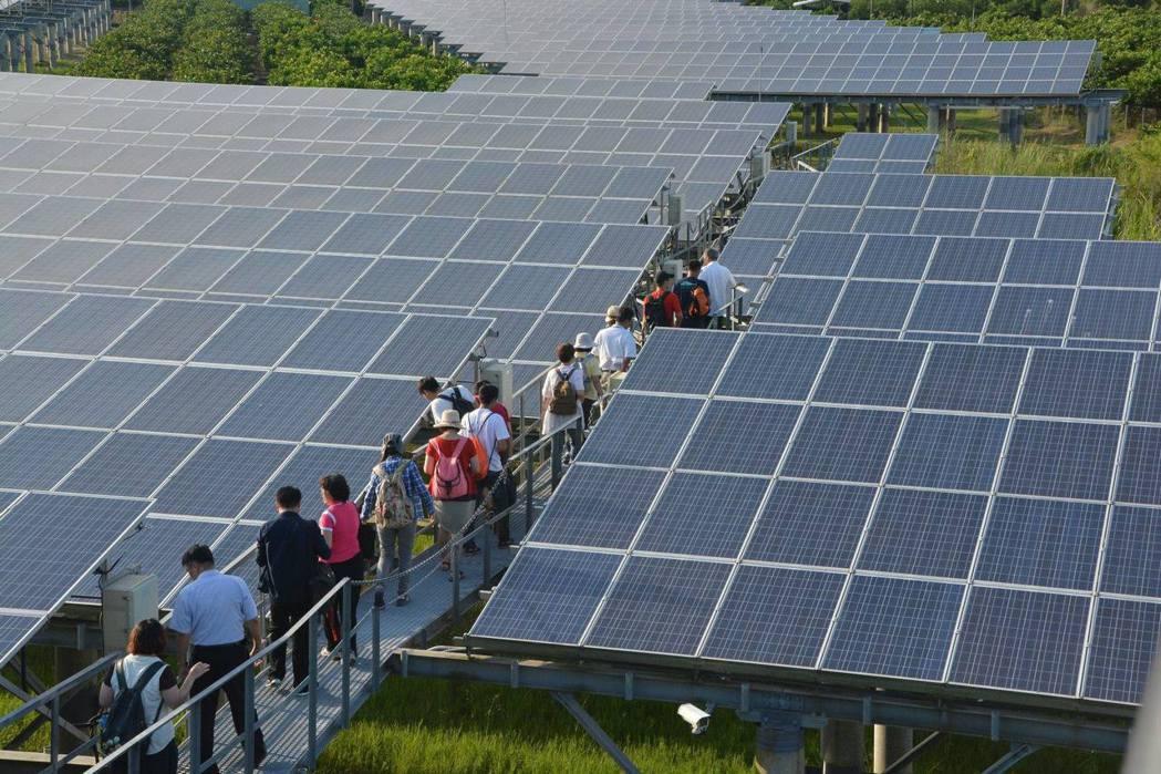 屏東結合濕地和綠能進行養水種電。 圖/李孟發提供