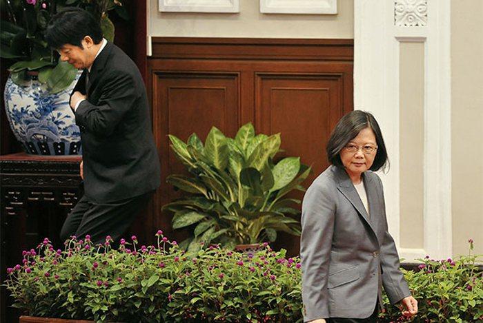 蔡英文政府不打算接受「九二共識」四個字,呼籲北京共同探索「互動新模式」,但未明言...