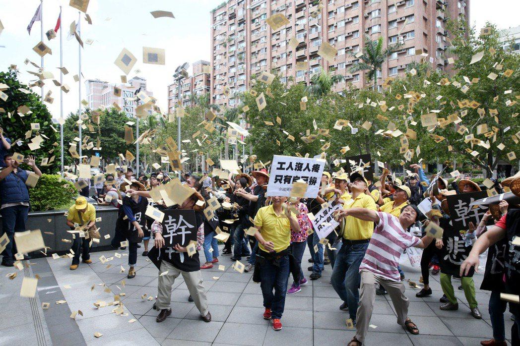 抗議交通部對2013年關廠工人臥軌事件對學者和勞團組織者開罰,關廠工人上午重回台...