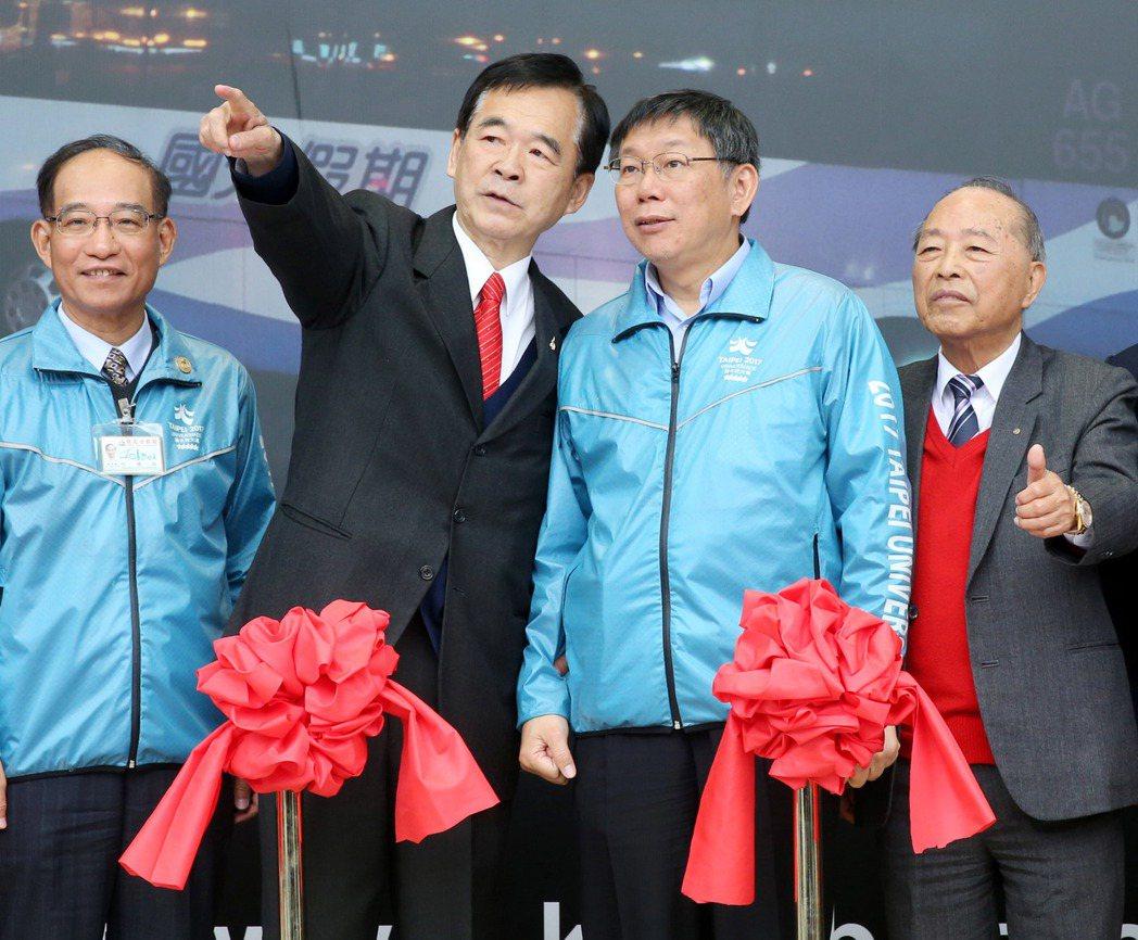 台北市商業會理事長王應傑(左),右為台北市長柯文哲。圖/報系資料照