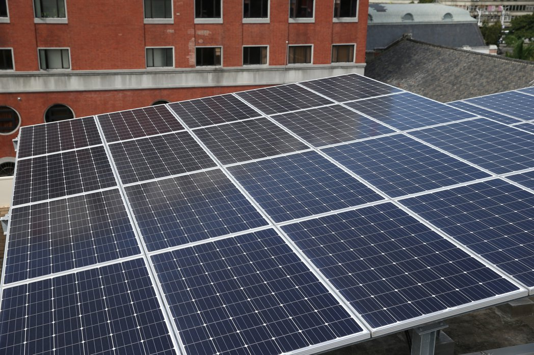 屋頂設置太陽能光電板。記者許正宏/攝影