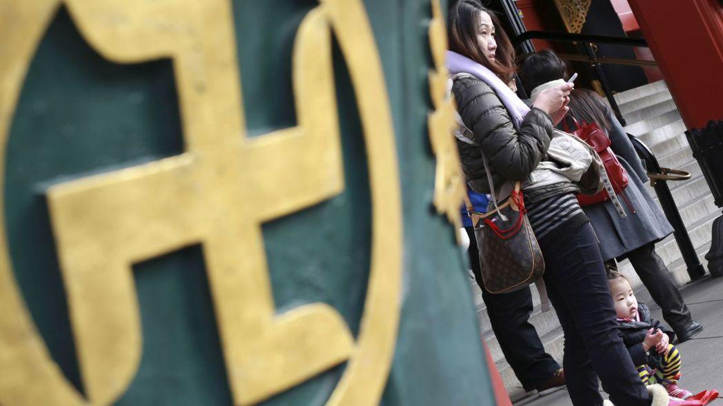 「卍」字在亞洲代表著吉祥。(美聯社) 朱澤人
