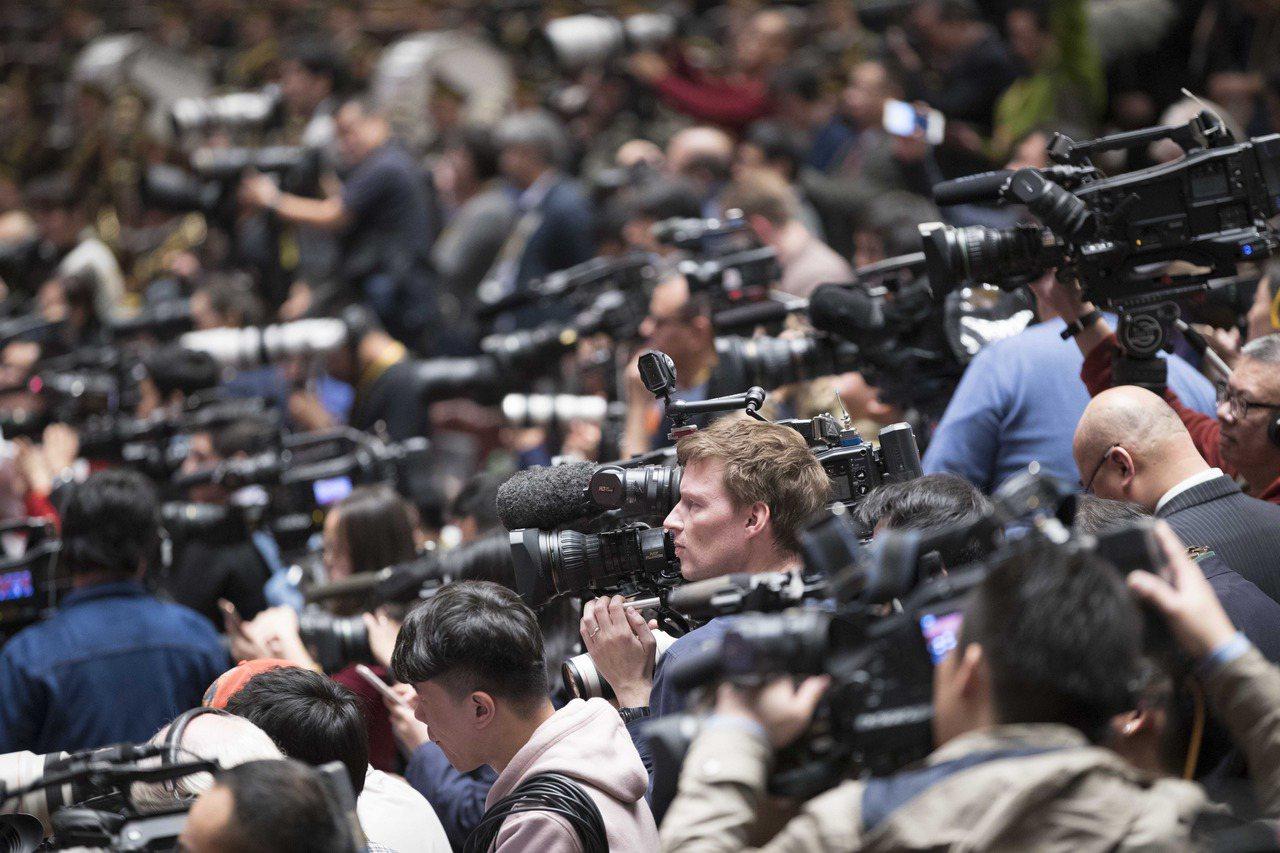中共新一屆政治局常委會25日集體亮相,會見中外媒體記者;但有四家英國媒體及一家美...