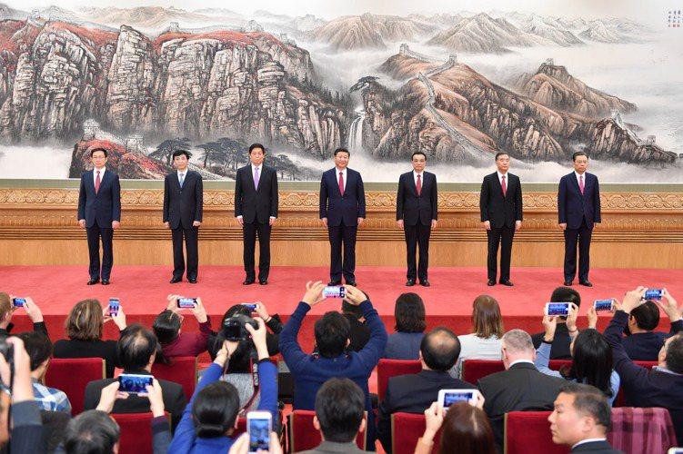 昨天(25)日,剛剛在中共十九屆一中全會上當選的中共中央總書記習近平和中央政治局...