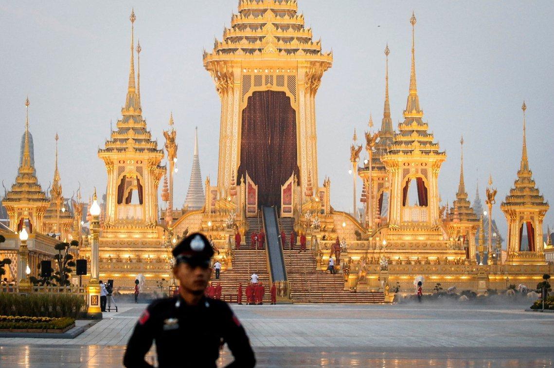 這座金黃色的火化亭前後費時一年、耗資9,000萬美元,高度超過50公尺的壯麗建築...