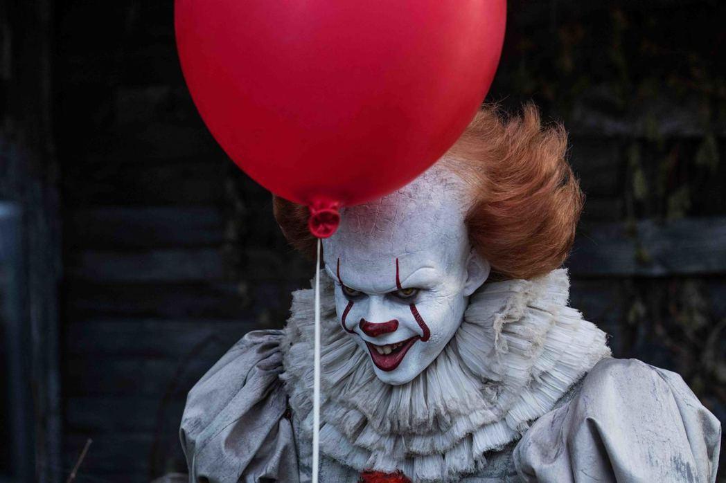 「牠」片中的邪惡小丑潘尼懷斯,真實身分引人關注。圖/華納兄弟提供