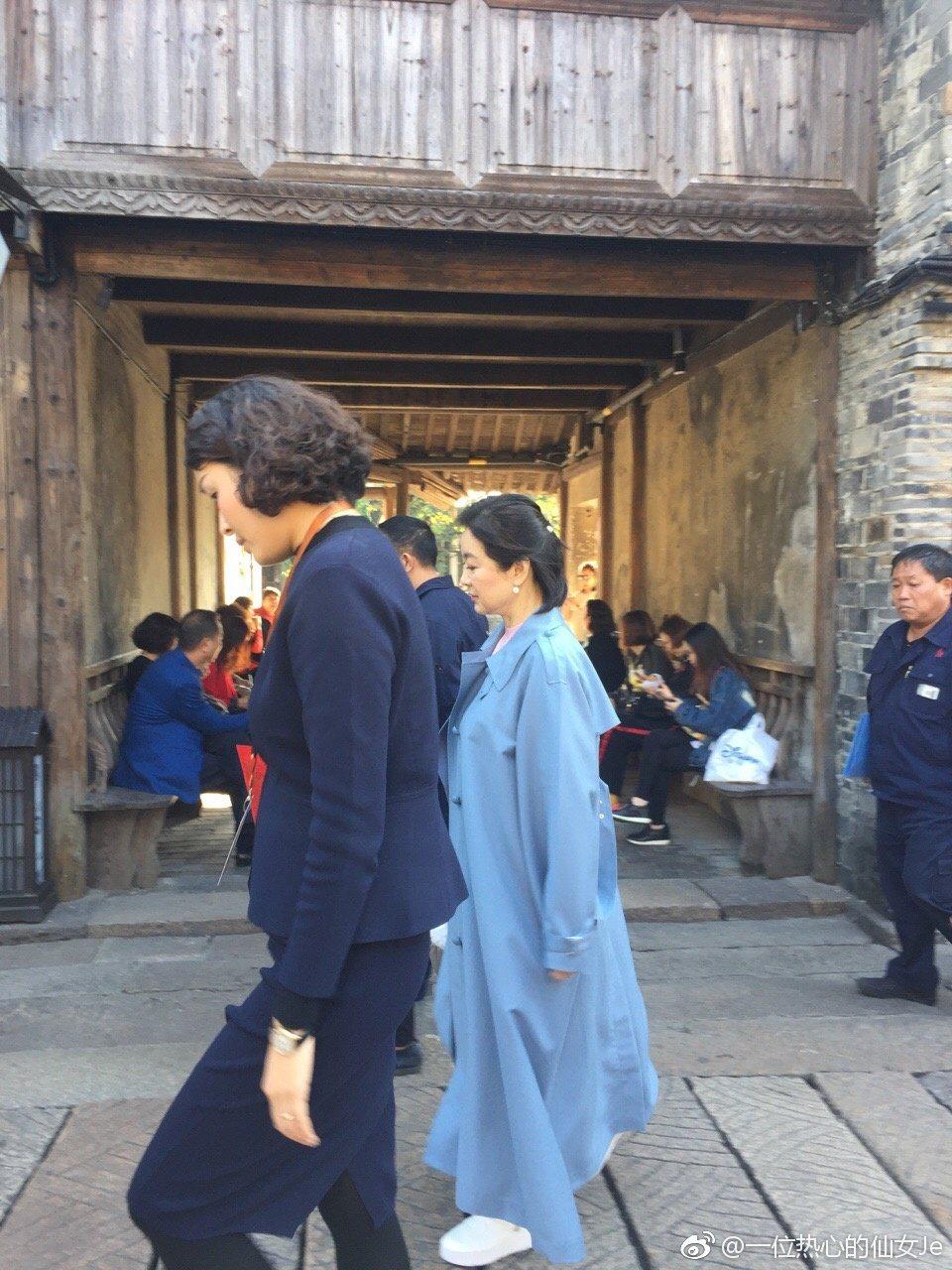 林青霞日前在參加烏鎮戲劇節的時候,低調地走在人群中還一度沒被路人發現,一旁的路人...