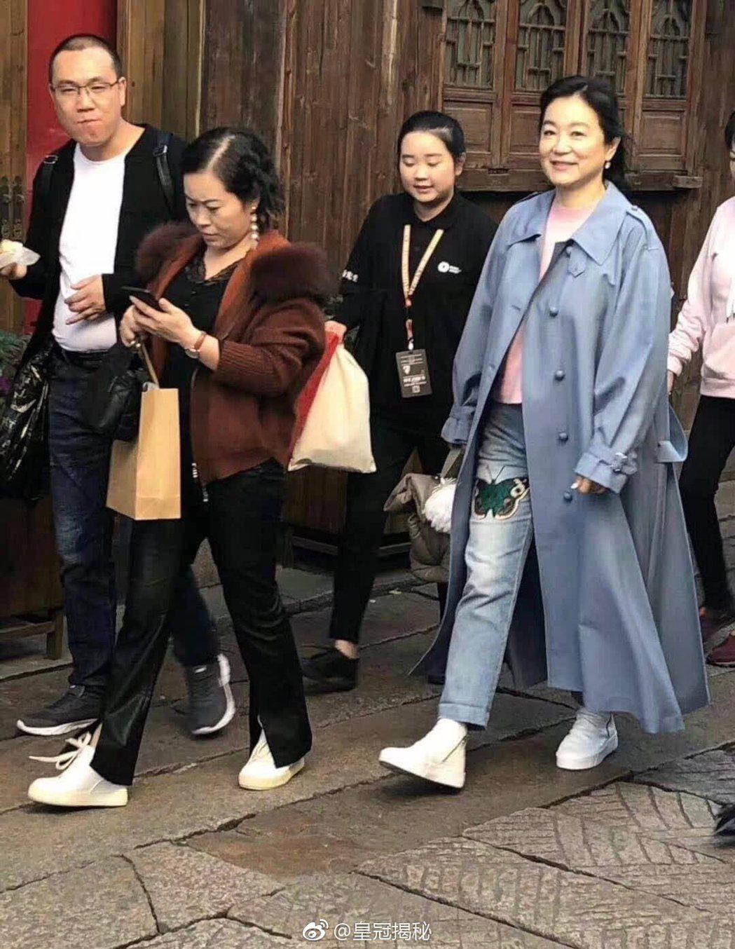 林青霞日前在參加烏鎮戲劇節在街上閒晃。 圖/擷自微博。