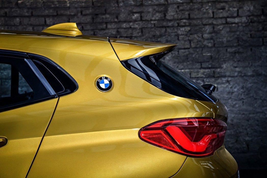 兩側倒鉤型C柱上有著BMW廠徽。 摘自BMW