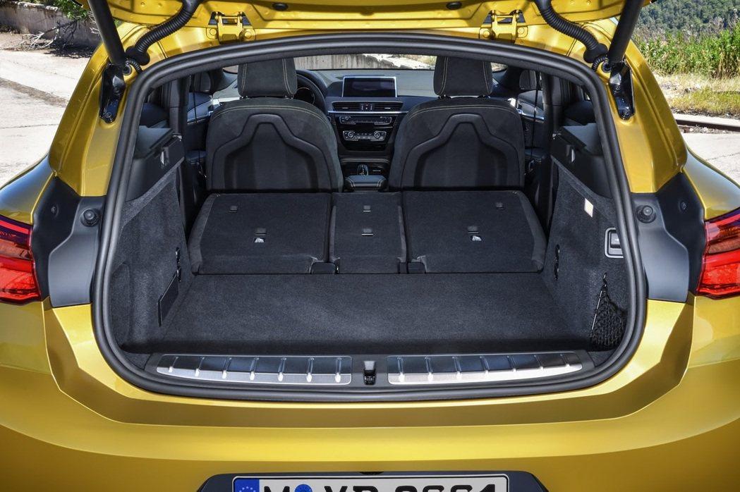 全新BMW X2後車廂容積(此為後座全部傾倒後)。 摘自BMW