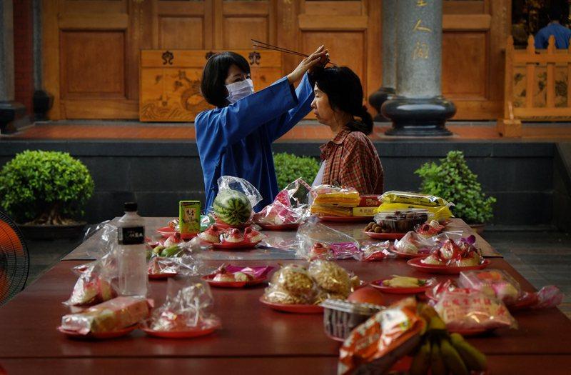 台灣女性信仰宗教的傾向比男性高,從社會結構位置的假設,無法得到台灣社會現實資料的...