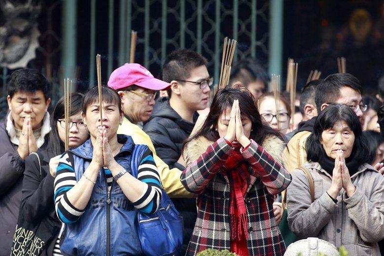 台灣女性之所以比男性更傾向於信仰宗教,可能是跟台灣女性對生活的掌控感較低。 圖/美聯社