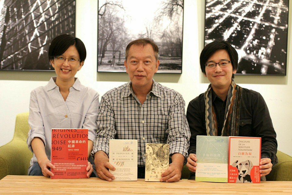 第一屆人文社會科學類入圍作品及評審合影,左起為黃雅嫺、吳錫德及江灝。 圖片來源:...