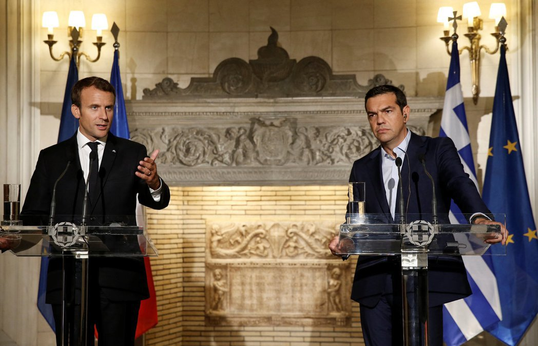 九月人在雅典的馬克宏,再一次宣誓他對歐盟的忠誠。圖右為希臘總理齊普拉斯(Alex...